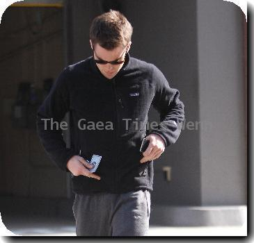 Chris Pine pays a parking meter on his way to the doctor's clinic. Los Angeles, California.