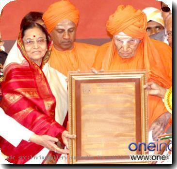 smt-pratibha-patil-in-karnataka10_58432_O